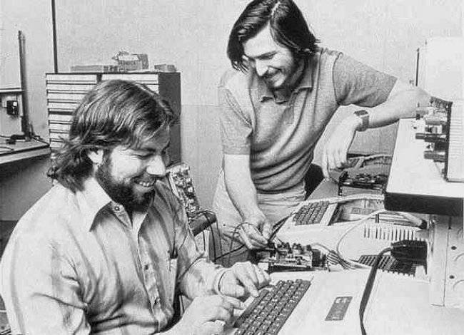 Steve-Jobs-and-Steve-Wozniak-and-Apple-II