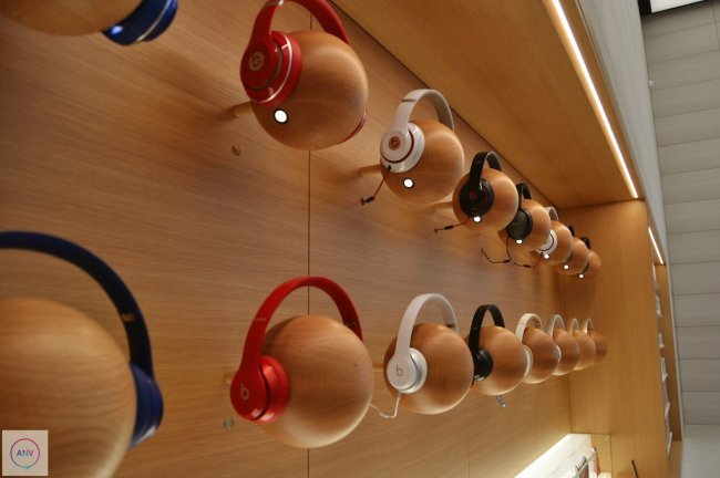 brussels-store-shelves-headphones