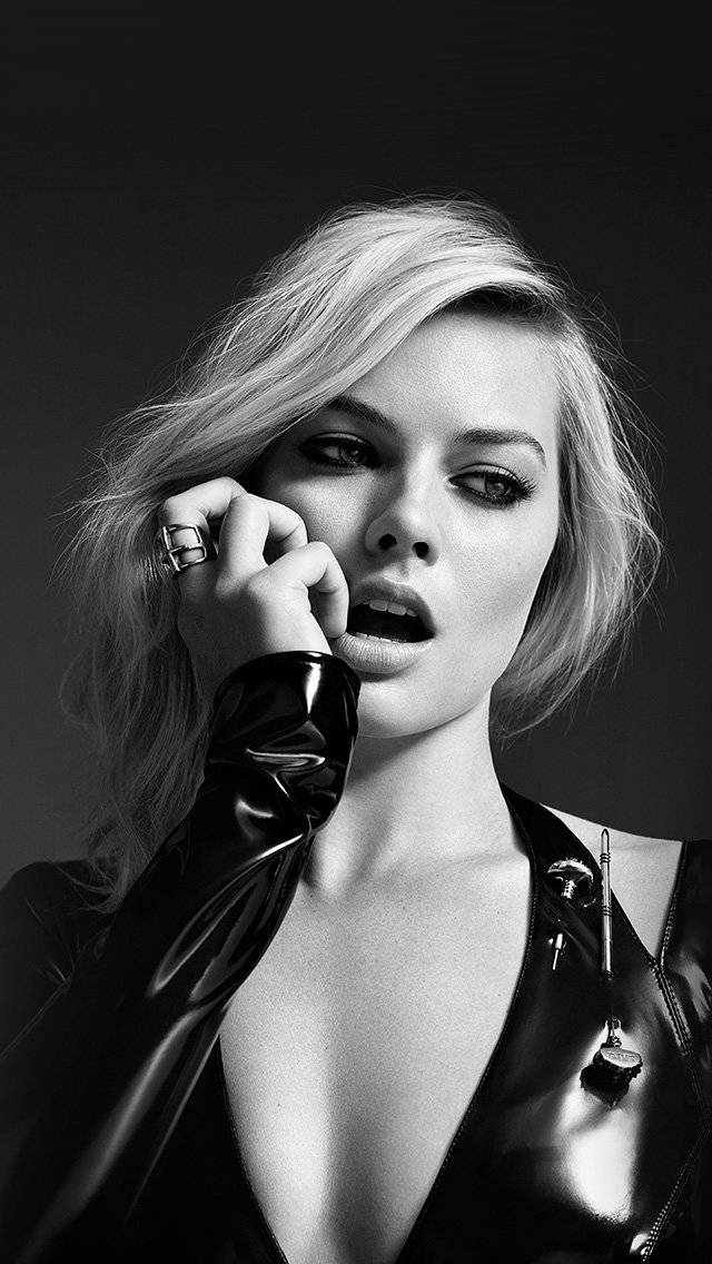 margot-robbie-bw-photo-celebrity-girl-iphone-5